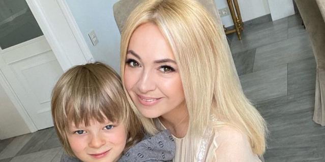 Яна Рудковская с младшим сыном Сашей.