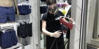 После каждой примерки обувь в московских магазинах теперь дезинфицируют, а купальники отпаривают
