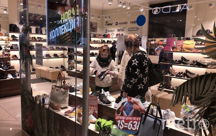 """В первый день открытия магазинов некоторые пошли туда целыми семьями. Фото Мария Беленькая, """"Metro"""""""