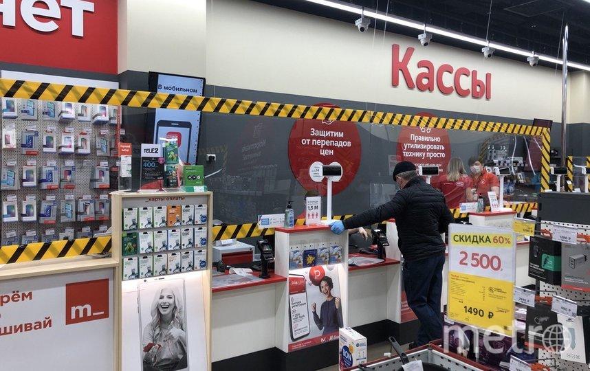 """В некоторых магазинах между кассирами и покупателями теперь есть прозрачные щиты. Фото Мария Беленькая, """"Metro"""""""