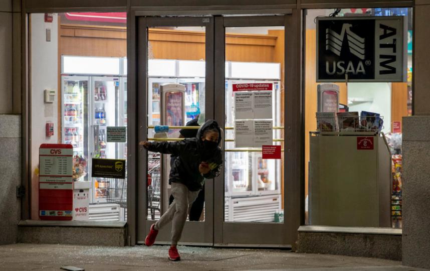 Протестующие из-за гибели афроамериканца Джорджа Флойда от рук полицейских вышли на акции протеста во многих городах, в том числе и у стен Белого дома. Фото Getty