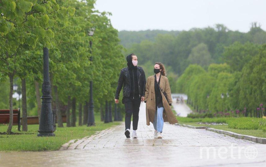 """В первый день вступления в силу новых послаблений москвичи уже гуляют в парке """"Царицыно"""", несмотря на дождливую погоду. Фото Василий Кузьмичёнок"""