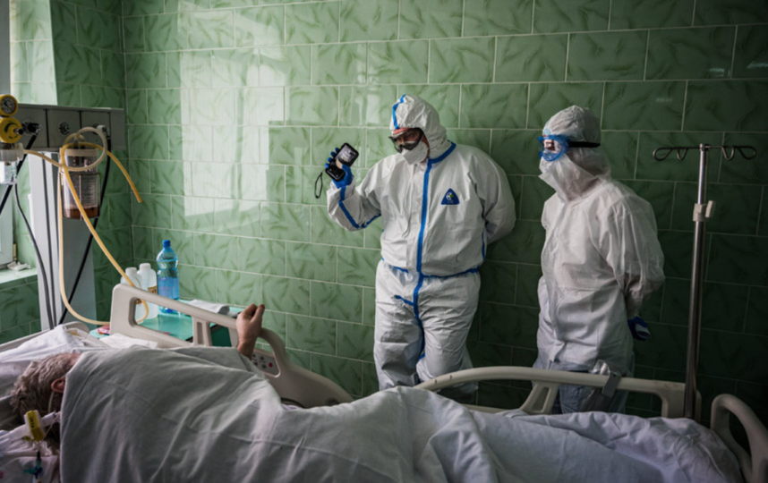 Врачи и их пациент. Фото AFP