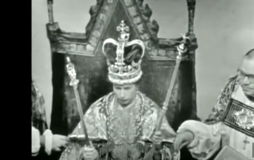 Королева Елизавета II в день коронации. Фото скриншот с трансляции коронации