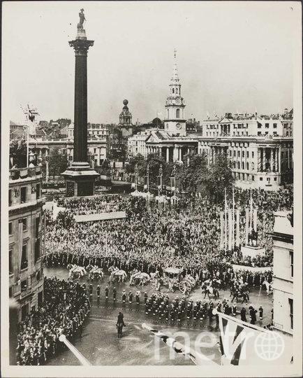 Толпа на улицах Лондона в день коронации. Фото Getty