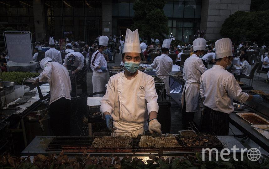 Также открываются общественные заведения, все сотрудники также в масках. Фото Getty