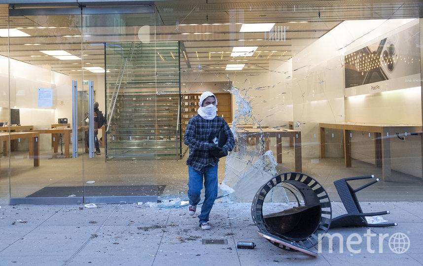 Нападение мародёров на магазин Apple в Лос-Анджелесе. Фото AFP