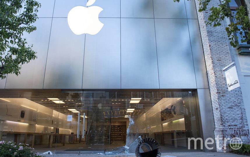 Магазин Apple в Лос-Анджелесе после нападения мародёров. Фото AFP