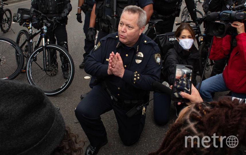 Сотрудники полиции встают на колени не только целыми отделениями, но и поодиночке. Фото Getty