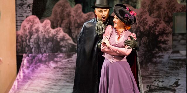 """Сцена из оперы """"Фауст"""", которая по новым правилам нарушает норму социальной дистанции."""
