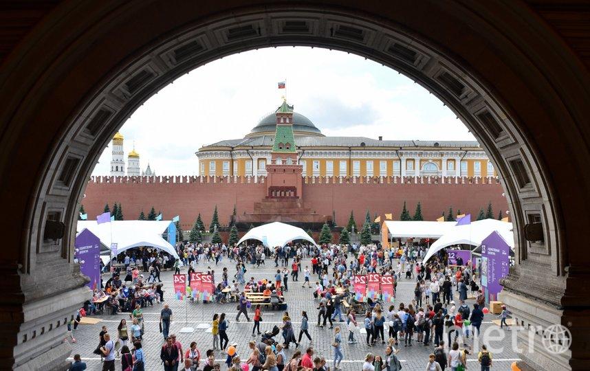 """Год назад книжный фестиваль """"Красная площадь"""" посетили около 300 тысяч человек. Фото АГН """"Москва""""/Игорь Иванко"""