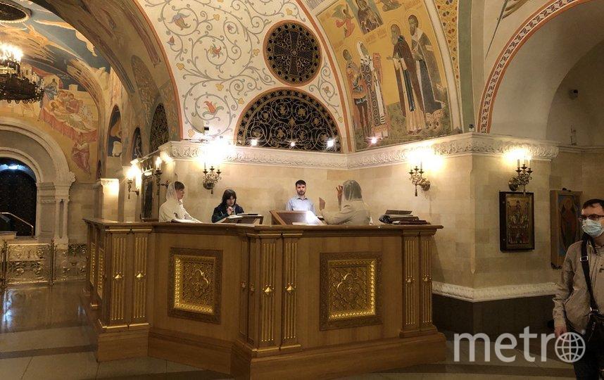 """Сегодня утром в Преображенской церкви храма Христа Спасителя прошла первая после карантина утренняя литургия. Фото Мария Беленькая, """"Metro"""""""