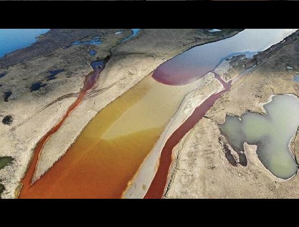 """Теперь это огромное дизельное пятно движется в направлении Карского моря. Фото https://www.instagram.com/p/CA-a9RkFPS0/, """"Metro"""""""