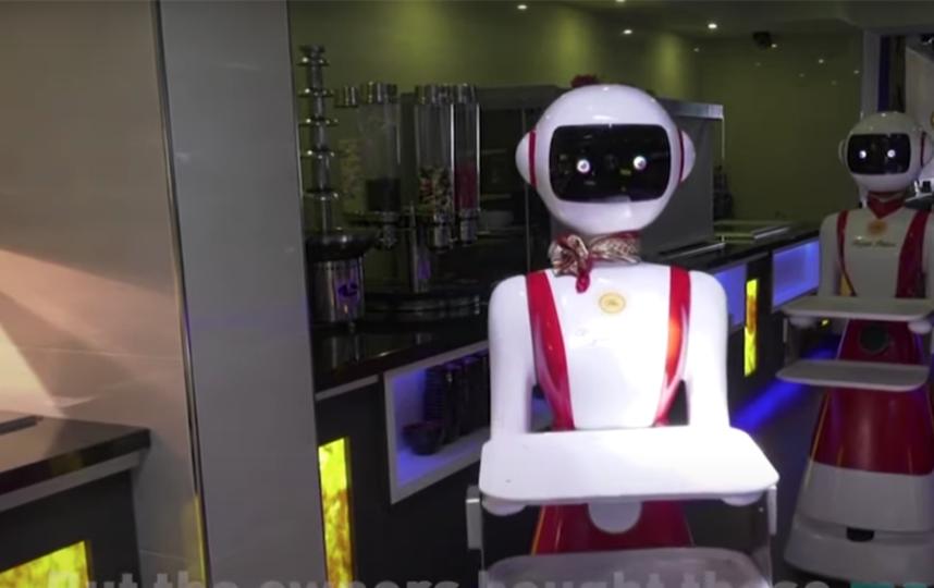 """Роботы помогают разносить еду. Фото скриншот youtube-канала GGTN AMERICA, """"Metro"""""""