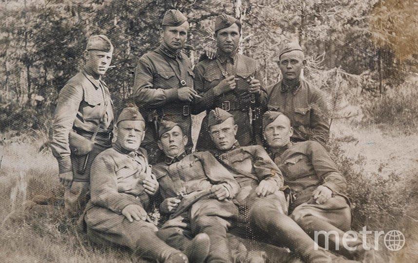 """Предвоенный снимок. Артиллерийская часть, Владимир Фертов второй справа в первом ряду. Фото предоставлены Людмилой Макаровой, """"Metro"""""""