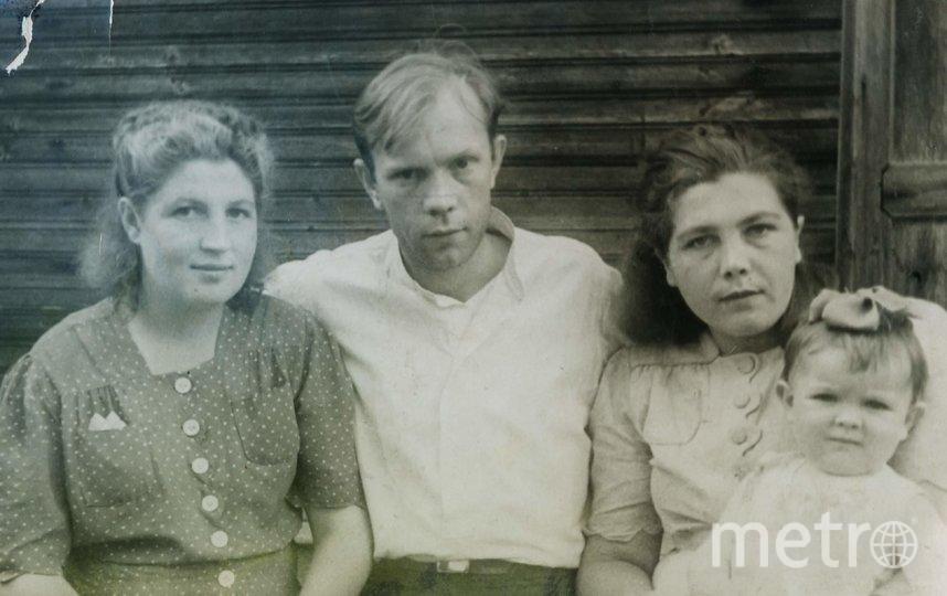 """Лето 1945-го года. Супруги Фертовы (слева) с родственниками. Фото предоставлены Людмилой Макаровой, """"Metro"""""""