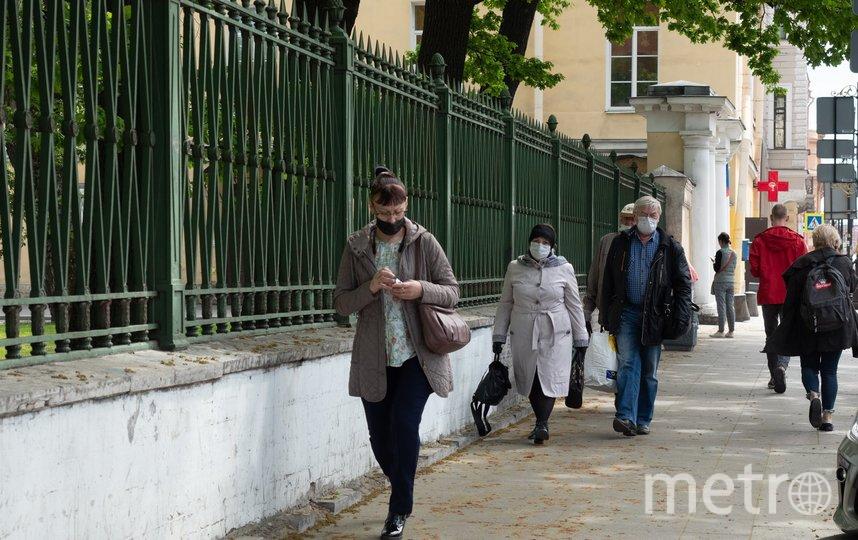 """Пенсионерка стояла у ограды больницы около 20 минут. Фото Святослав Акимов, """"Metro"""""""