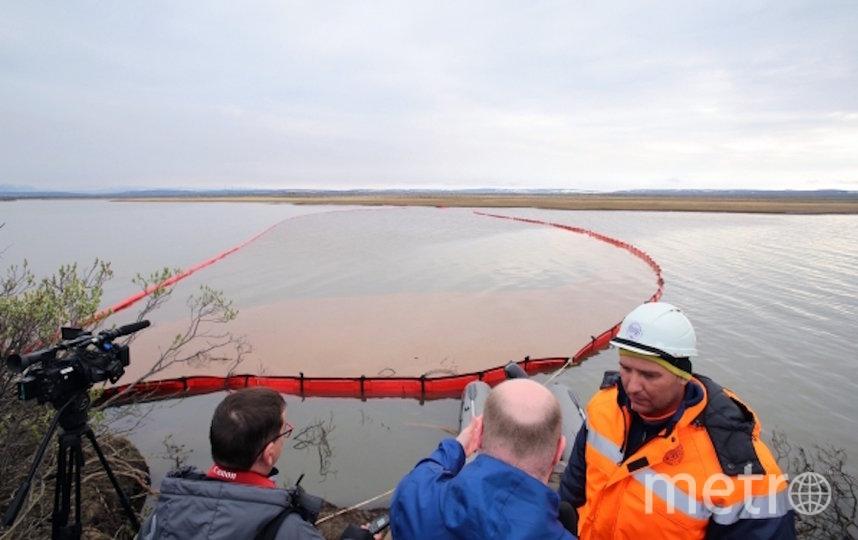 Сотрудники Морской спасательной службы проводят работы по ликвидации нефтяного пятна в устье реки Амбарная. Фото РИА Новости