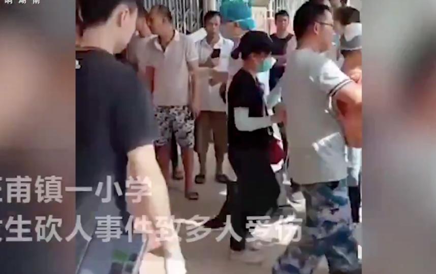 Вооружённый ножом мужчина совершил нападение на учеников школы в Китае. Фото Скриншот twitter.com/globaltimesnews