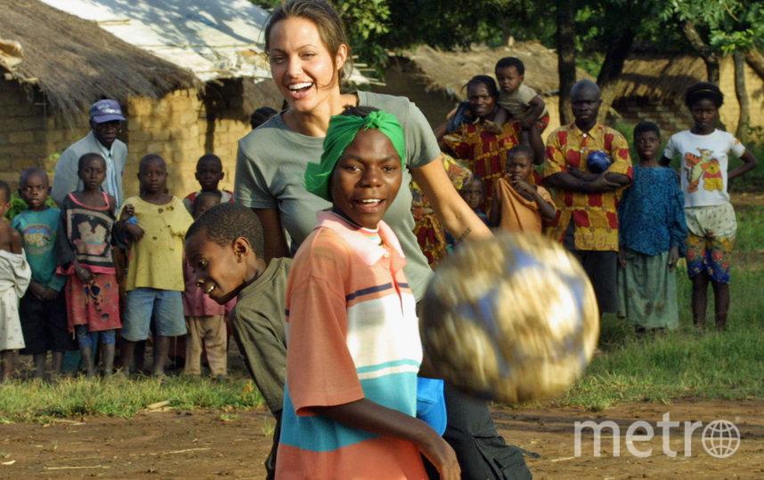 Анджелина Джоли в качестве посла доброй воли в Танзании, 2003 год. Фото Getty