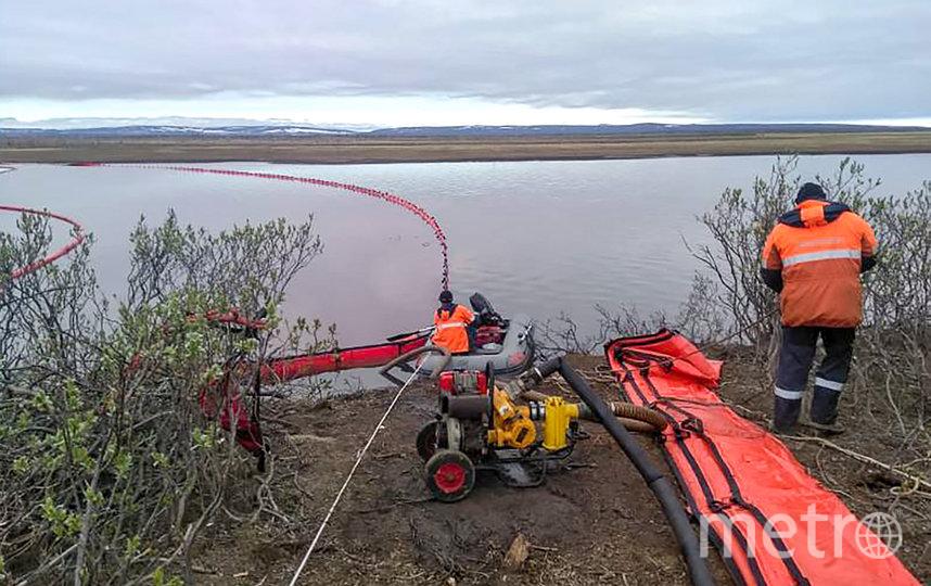 Произошло возгорание, нефтепродукты попали в реку Амбарная и ручей. Фото AFP