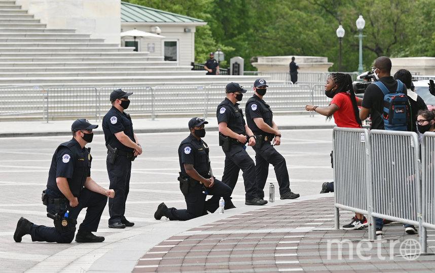 """США охватила не только волна беспорядков, но и волна """"нилинга"""" (kneeling – """"коленопреклонение"""") – покаяний белых перед чёрными. Фото AFP"""