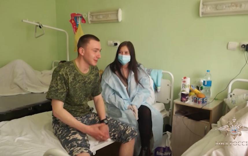 Яна Терехова навестила Андрея в госпитале. Фото Скриншот видео МВД