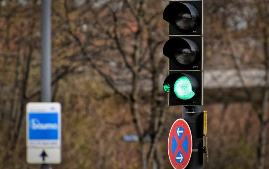 На протяжении нескольких месяцев неизвестный портил светофор в посёлке Петровское Ломоносовского района. Архивное фото. Фото pixabay.com