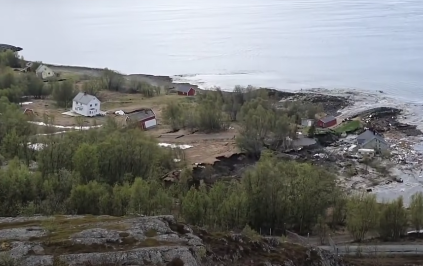 Ян Эгил Бэккебри, житель Крокнеса на севере Норвегии, стал свидетелем того, как оползень уносит в море его дом. Фото Скриншот, Скриншот Youtube