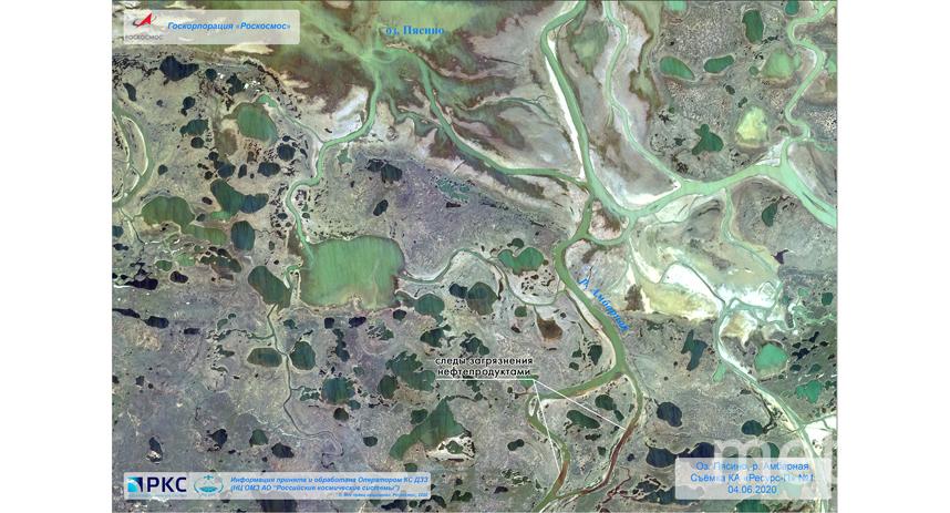 Следы загрязнения нефтепродуктами. Фото www.roscosmos.ru