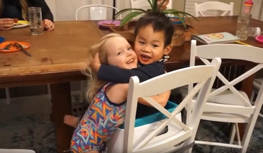 Хаксли с сестрёнкой. Фото скриншот с канала Myka Stauffer на YouTube