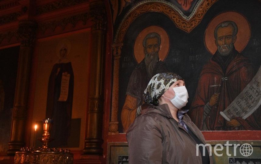 В храмах используются антисептики, все поверхности регулярно дезинфицируются. В Москве обязательно ношение масок и перчаток. Фото РИА Новости