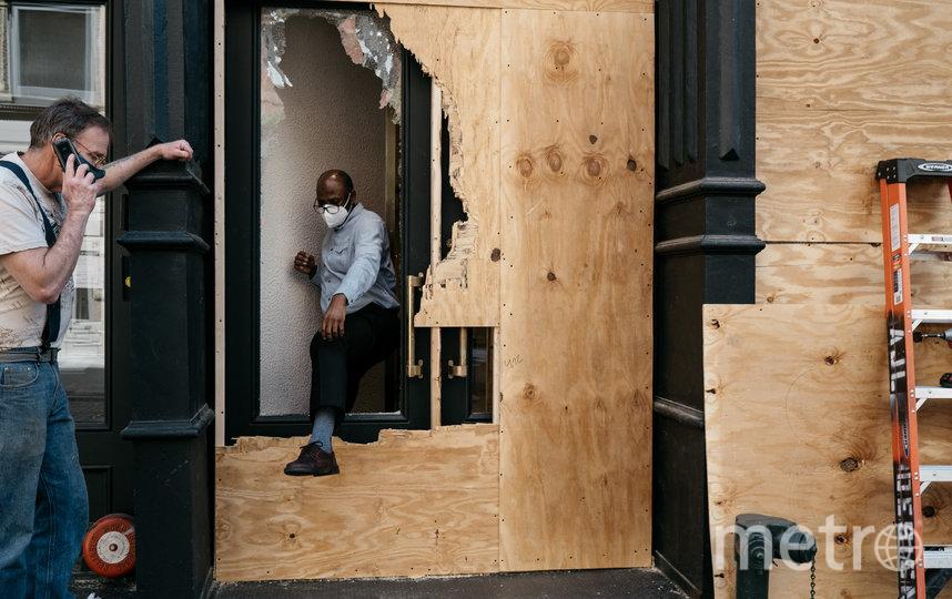 Мародёров часто не останавливают фанерные перегородки, которые ставят владельцы магазинов. Фото Getty