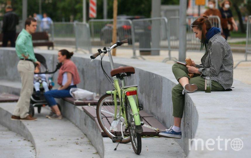 Сидеть на деревянных прямоугольниках вроде как нельзя, но это никого не смущало. Фото Василий Кузьмичёнок