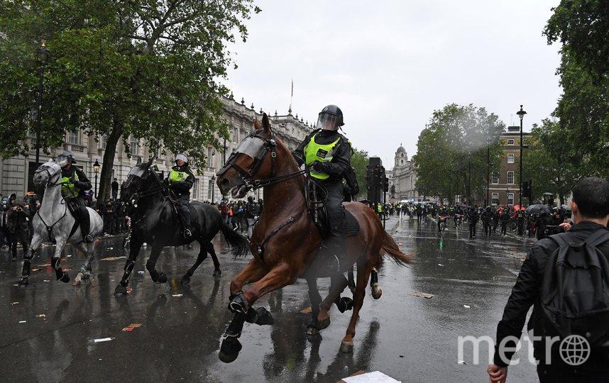 Некоторые протестующие швырялись в конную полицию сигнальными ракетами и стеклянными бутылками. Фото AFP