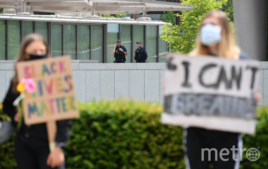 Многие протестующие несли транспоранты с надписями Black Lives Matter и I can't breathe. Фото AFP