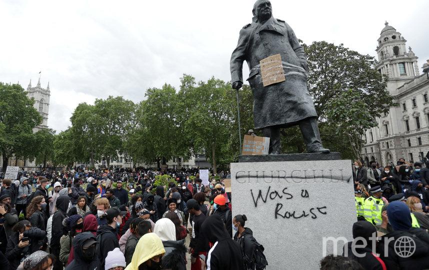 """Памятник Уинстону Черчиллю с надписью """"был расистом"""". Фото AFP"""