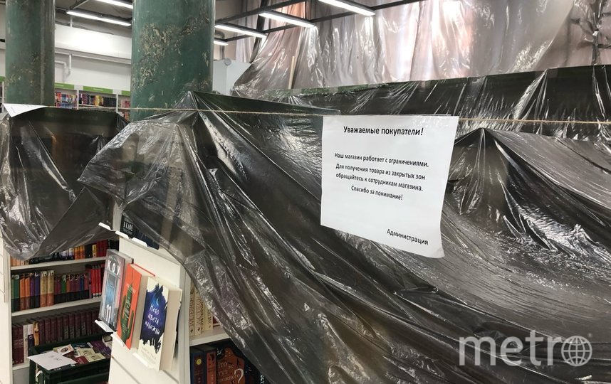 """Витрины большинства магазинов недоступны для покупателей из-за санэпидтребований. Фото Святослав Акимов, """"Metro"""""""