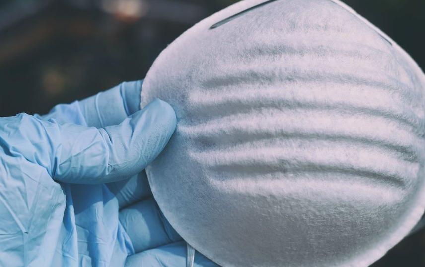Выбирать стоит маски из тонкого хлопка, марли или стандартные медицинские. Фото Pixabay