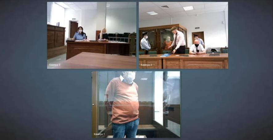 Олега Соколова привели в суд в маске и перчатках. Фото скрин-шот