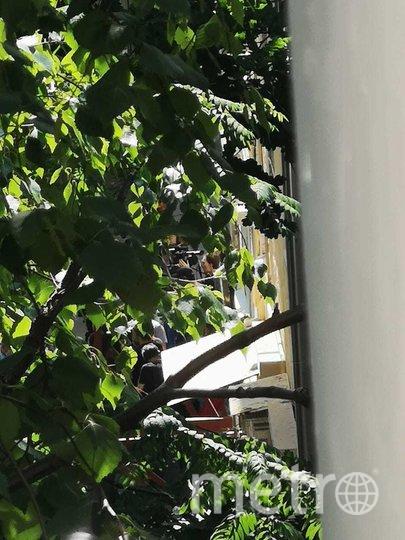 """У дома, в котором проживает Михаил Ефремов, собрались журналисты. Фото """"Metro"""""""