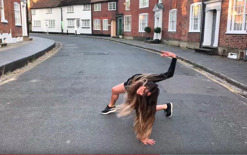 Артисты труппы танцуют на пустых улицах рядом с знаковыми зданиями. Фото Скриншот Youtube