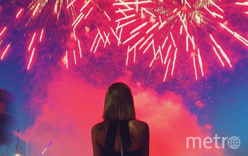 "Настя Ивлеева и её салют. Фото www.instagram.com/_agentgirl_/, ""Metro"""