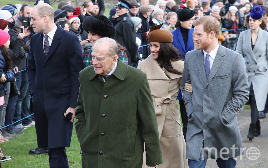 Принц Филипп с внуками и их жёнами.