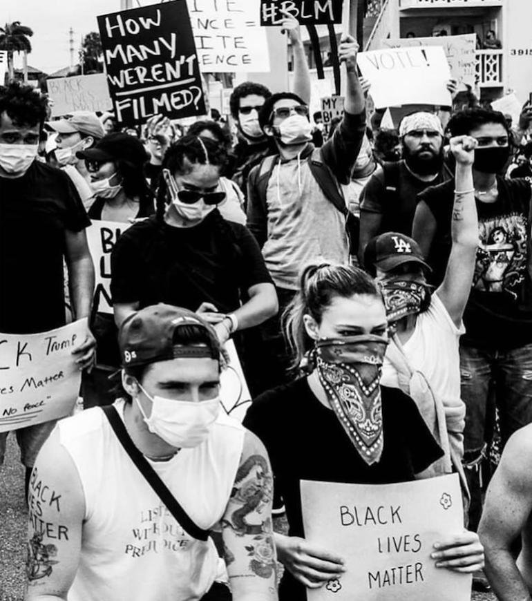 Бруклин Бекхэм и актриса Никола Пельтц на протестном марше в Нью-Йорке. Фото instagram.com/victoriabeckham