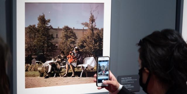 Один из самых ранних снимков проекта сделал Роберт Капа в Москве 1947 года.