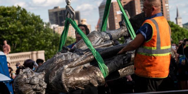 Вот так уничтожают памятники в Америке. Свалили с постамента статую Христофора Колумба.