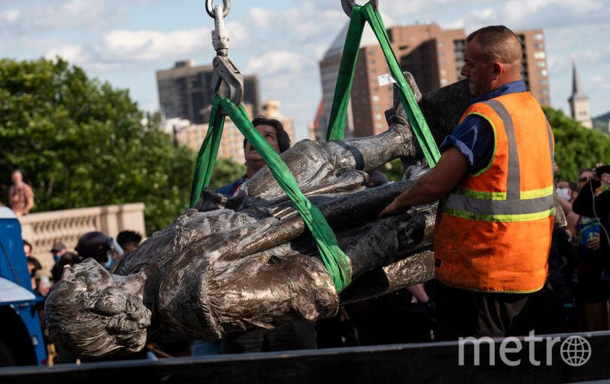Вот так уничтожают памятники в Америке. Свалили с постамента статую Христофора Колумба. Фото Getty