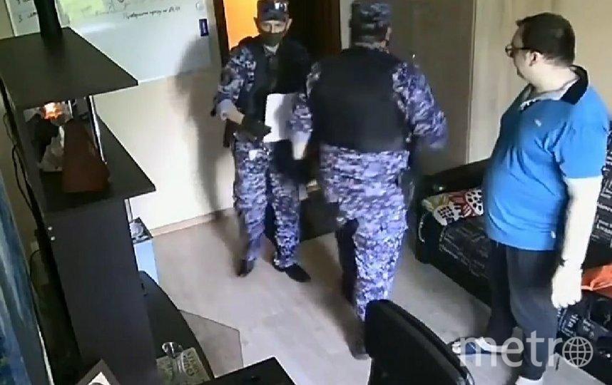 Александр и угрожавшие ему силовики. Фото instagram.com/d.x.09.01