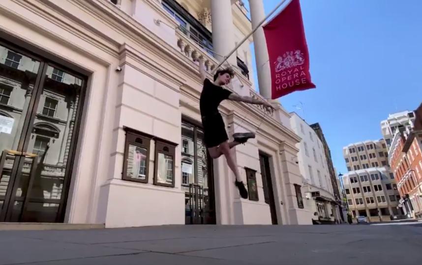 Артисты Королевского балета станцевали на пустых улицах Лондона под The Rolling Stones. Фото скриншот Instagram @royaloperahouse